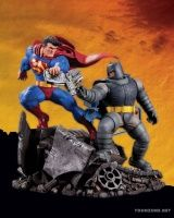 THE DARK KNIGHT RETURNS: SUPERMAN VS. BATMAN STATUE A FIGHT FOR THE AGES!