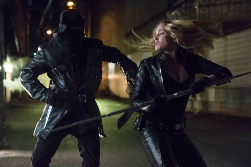 Sara fights off one of Nyssa's thugs.