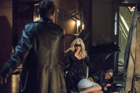 Felicity earns her first Arrow scar.