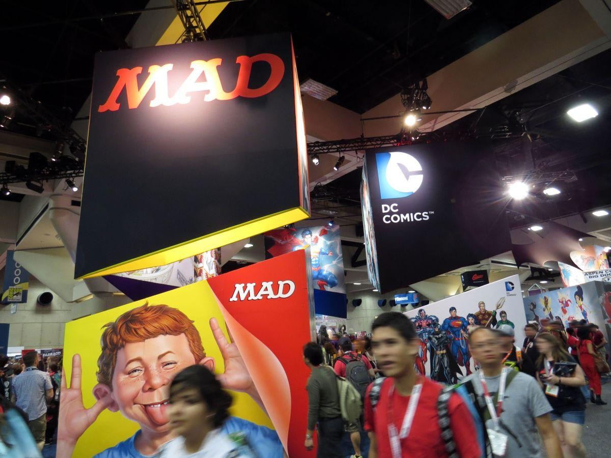 sdcc2015-07-09-dc-entertainment-booth-01