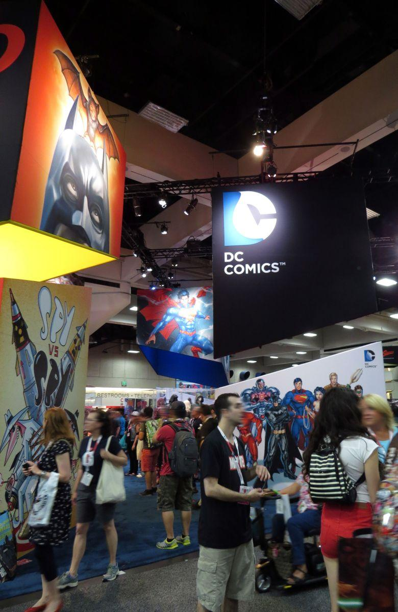 sdcc2015-07-09-dc-entertainment-booth-02