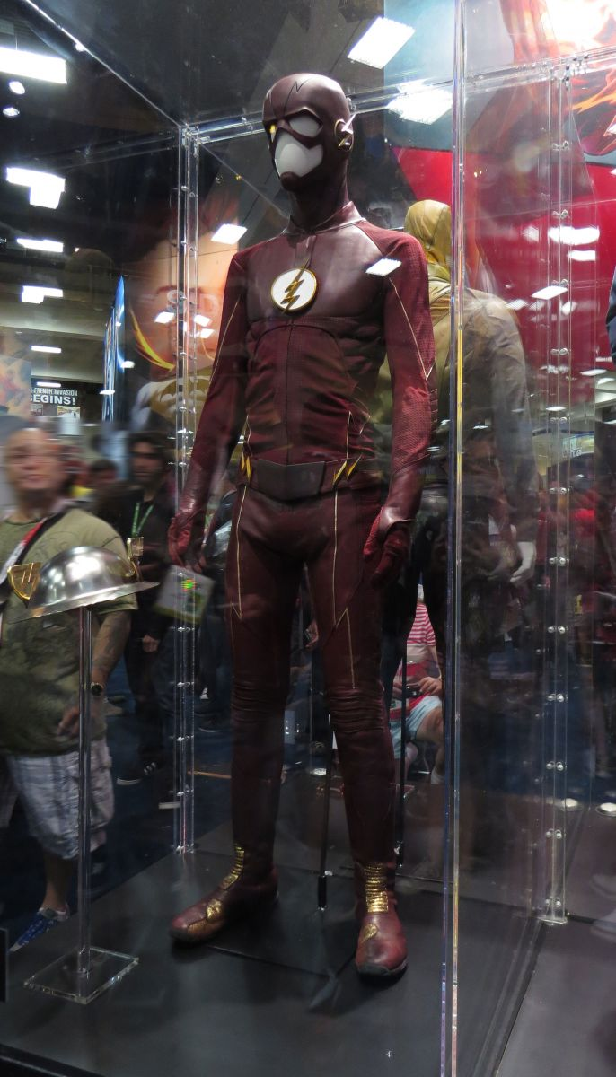 sdcc2015-07-09-dc-entertainment-booth-04