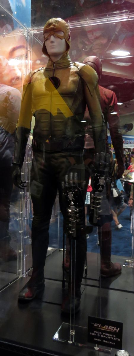 sdcc2015-07-09-dc-entertainment-booth-08