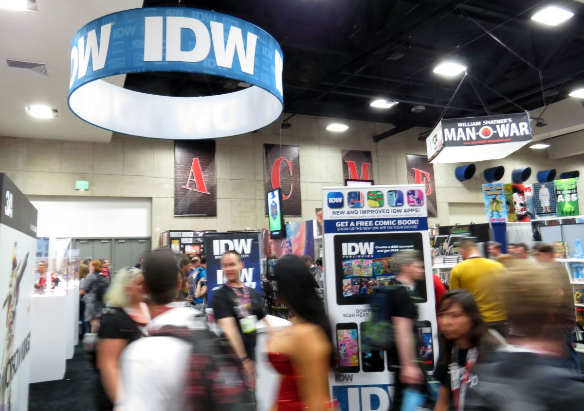 sdcc2015-07-09-idw-booth-01